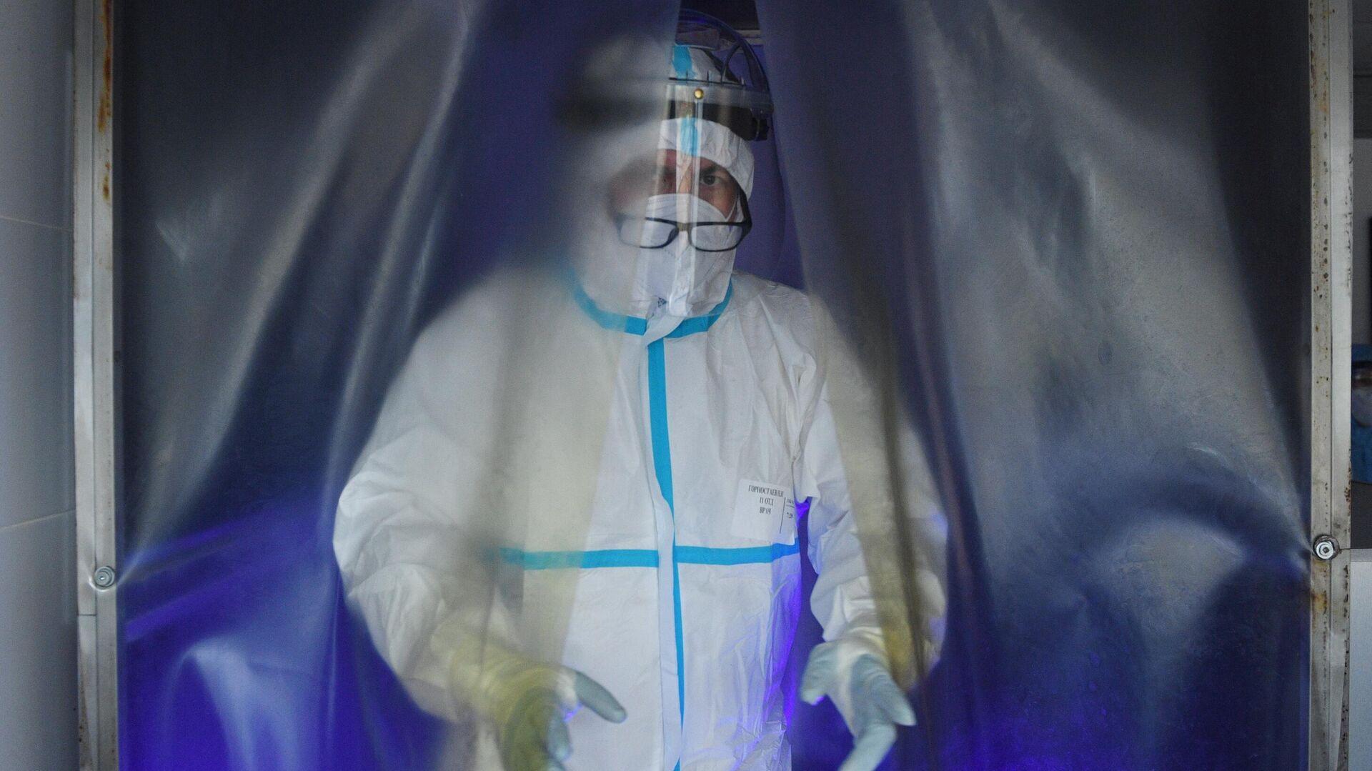 Медицинский работник в отделении дезинфекции госпиталя COVID-19 городской клинической больницы №15 имени О. М. Филатова в Москве - РИА Новости, 1920, 15.11.2020