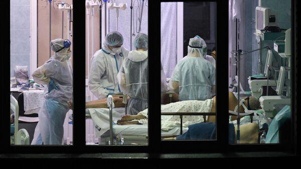 Медики и пациенты в реанимационном отделении городской клинической больницы №25 Новосибирска