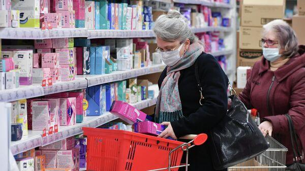 Женщины в медицинских масках в ТЦ Южная Галерея в Симферополе