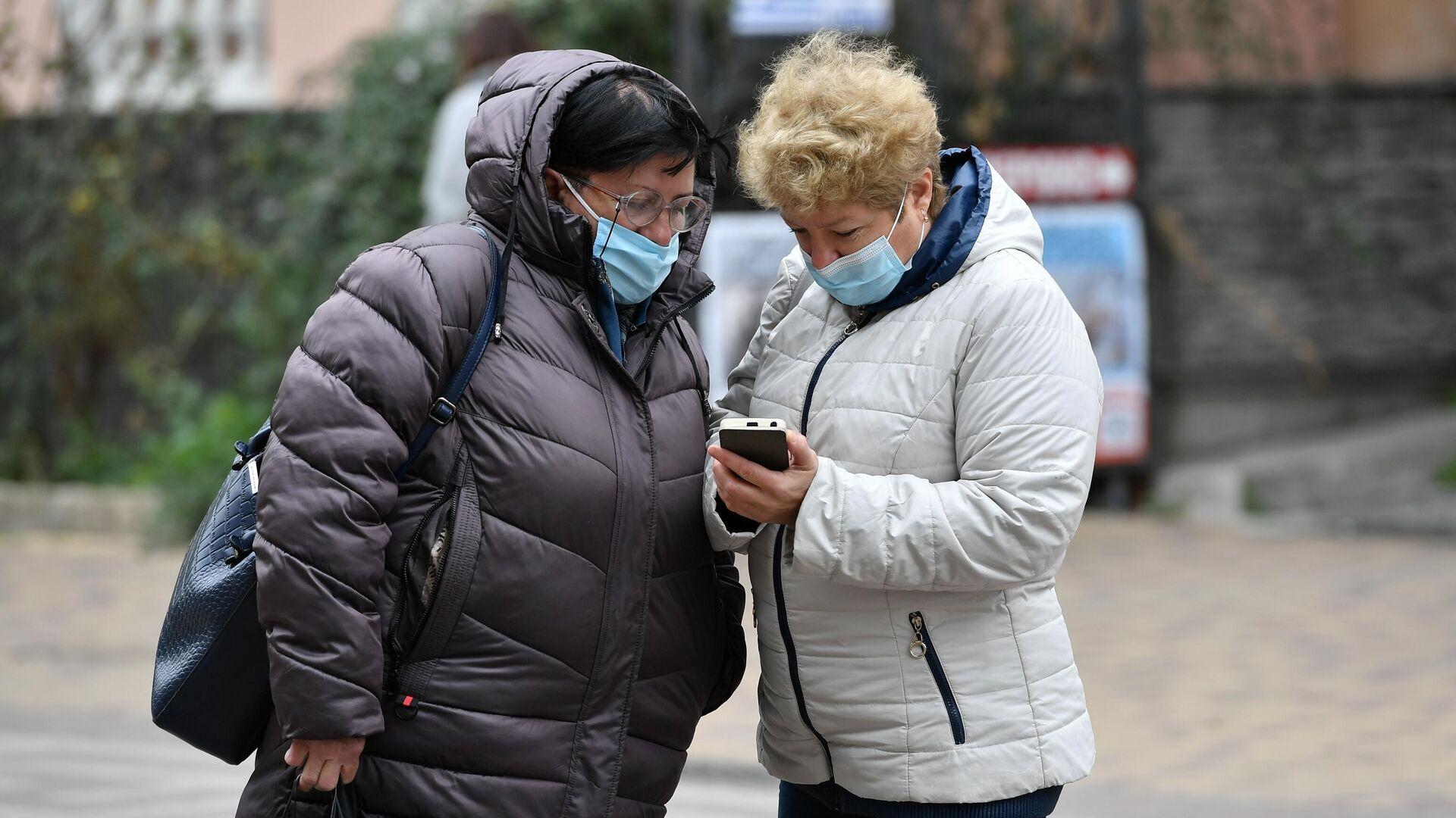 Женщины в медицинских масках на одной из улиц в Симферополе - РИА Новости, 1920, 01.03.2021