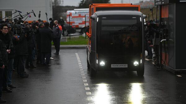 Запуск движения по самому длинному участку Центральной кольцевой автодороги (ЦКАД-3) протяженностью 105 км. Справа: беспилотный грузовик Evocargo