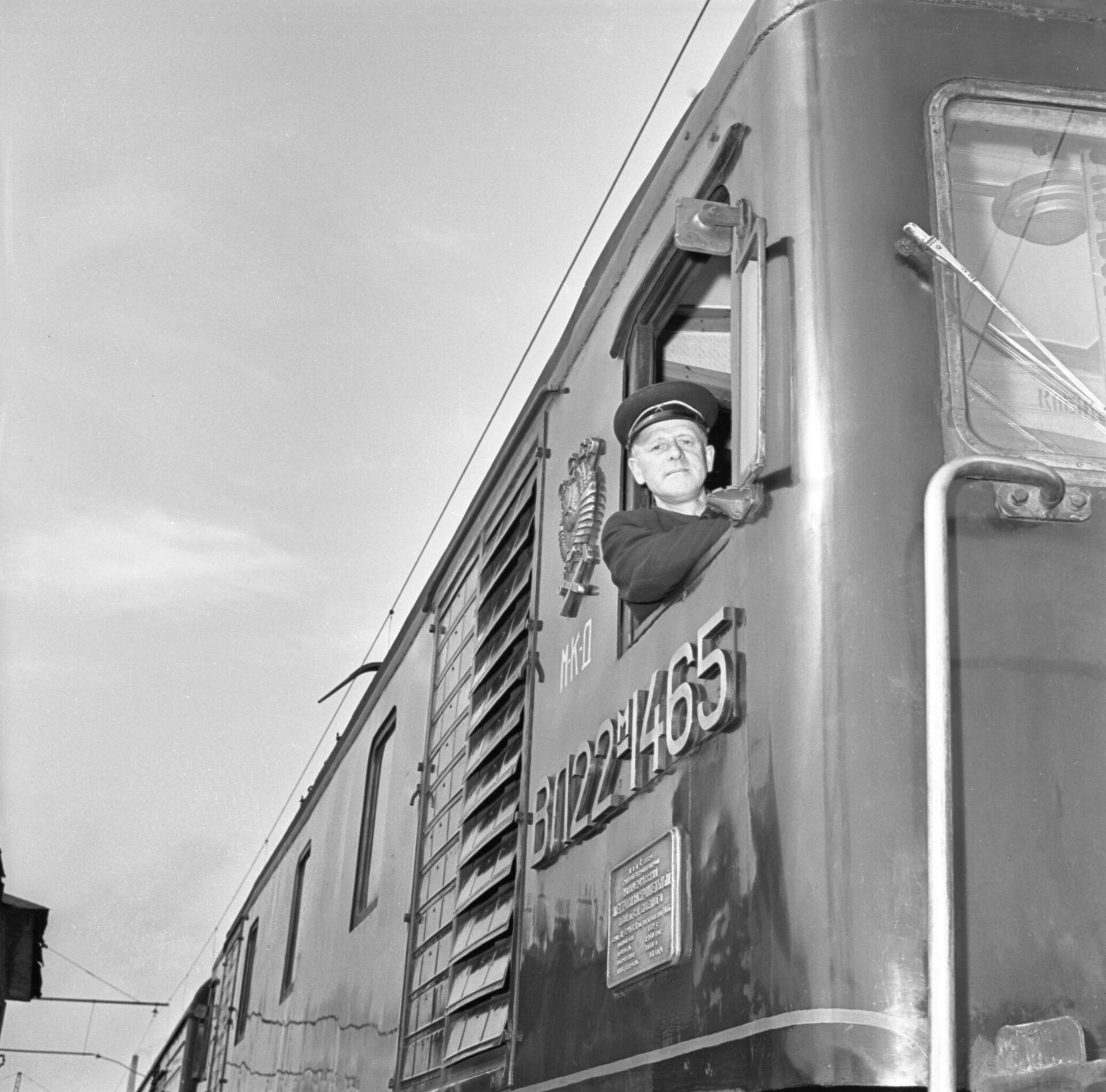 Московская окружная железная дорога (ныне Московское центральное кольцо). Машинист А. Курзанов отправляет электровоз в депо - РИА Новости, 1920, 11.11.2020