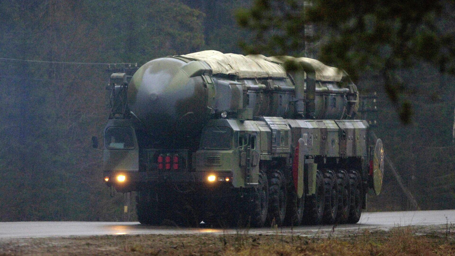 Подвижный грунтовый ракетный комплекс (ПГРК) стратегического назначения РС-12 Тополь выдвигается на позицию - РИА Новости, 1920, 06.04.2021