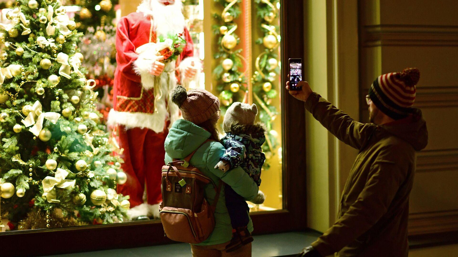 Семья у витрины с новогодним украшением на Никольской улице в Москве - РИА Новости, 1920, 02.12.2020