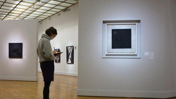 Девушка у картины Чёрный квадрат художника Казимира Малевича в Новой Третьяковке