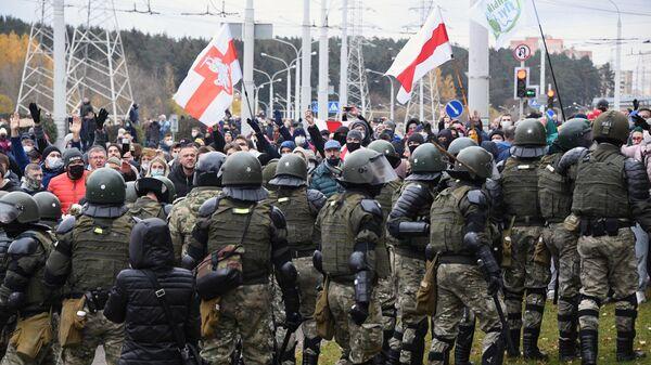 Сотрудники правоохранительных органов и участники несанкционированной акции Дзяды в Минске