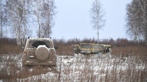 Часть разрушенного двигателя самолета Ан-124 авиакомпании Волга-Днепр в поле неподалеку от новосибирского международного аэропорта Толмачево
