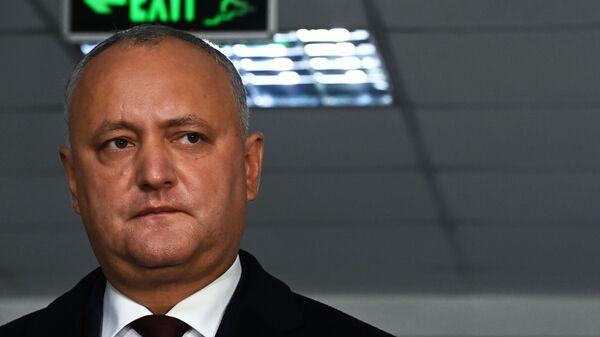 Баллотирующийся на второй срок президент Игорь Додон во время второго тура на выборах президента Молдавии на избирательном участке в Кишиневе