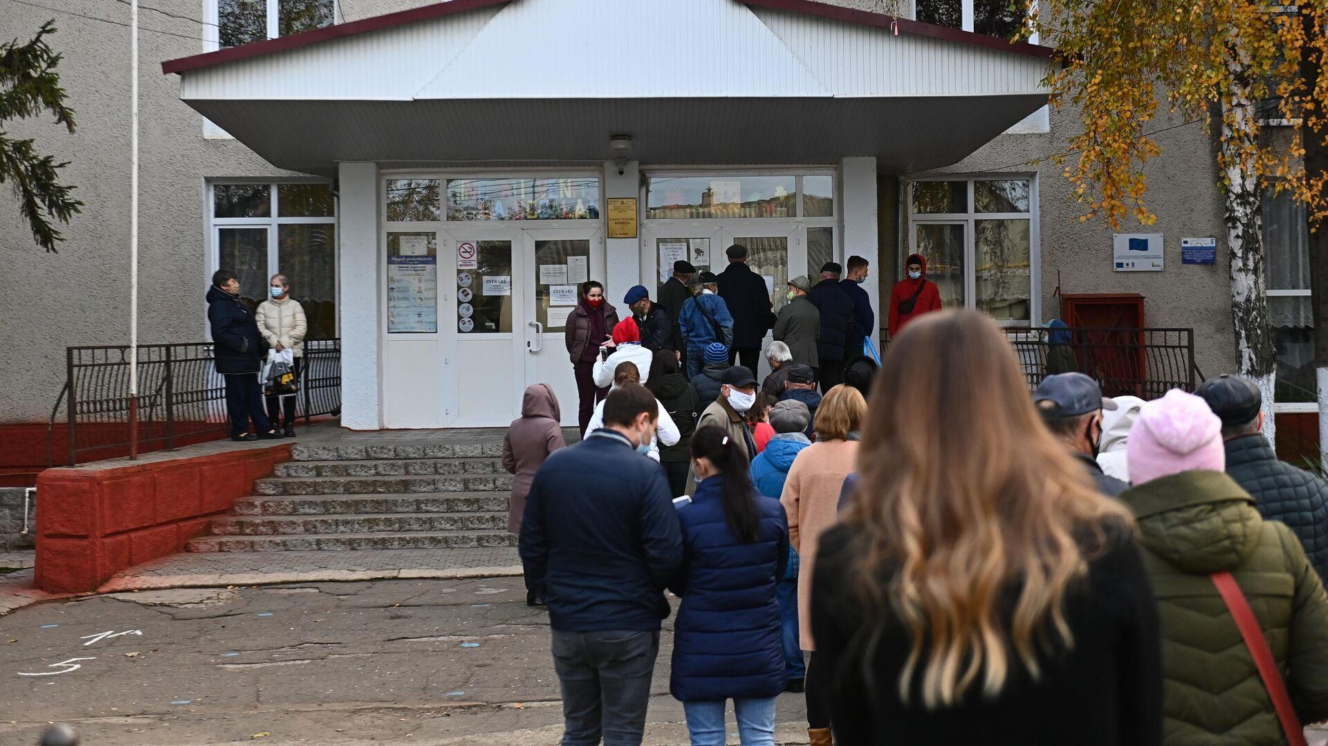 Люди стоят в очереди на избирательный участок в поселке Варница во время второго тура на выборах президента Молдавии - РИА Новости, 1920, 10.07.2021