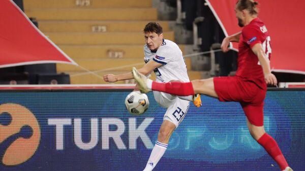 Полузащитник сборной России Далер Кузяев (слева) и защитник сборной Турции Джанер Эркин