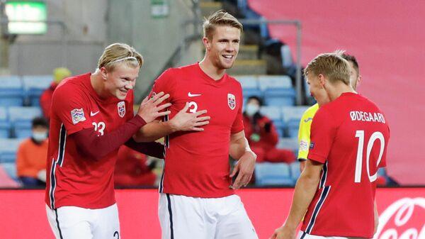 Нападающий сборной Норвегии Эрлинг Холанн (слева) и защитник сборной Норвегии Кристофер Айер (по центру)