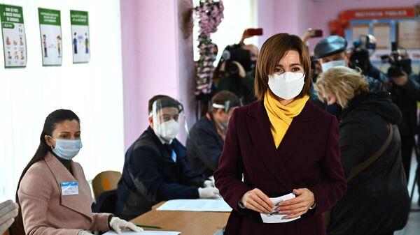 Кандидат в президенты, экс-премьер, лидер партии Действие и солидарность Майя Санду во время второго тура на выборах президента Молдавии на избирательном участке в Кишиневе