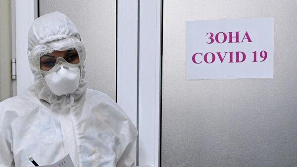 Медицинский работник в акушерском отделении для беременных с коронавирусом в роддоме No1 в Краснодаре