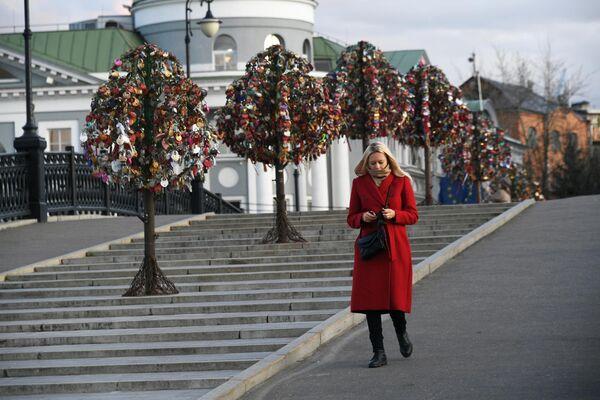 Девушка на Лужковом мосту в Москве