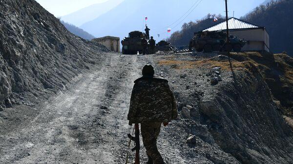 Вооруженный мужчина у базы российских миротворцев в Нагорном Карабахе