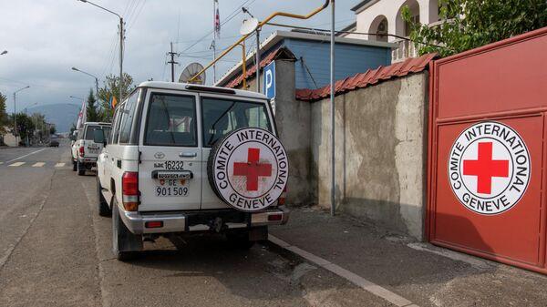 Машины Международного Комитета Красного Креста (МККК) у штаб-квартиры организации в Степанакерте