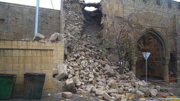 Разрушенная из-за дождей часть стены крепости Нарын-кала в Дербенте