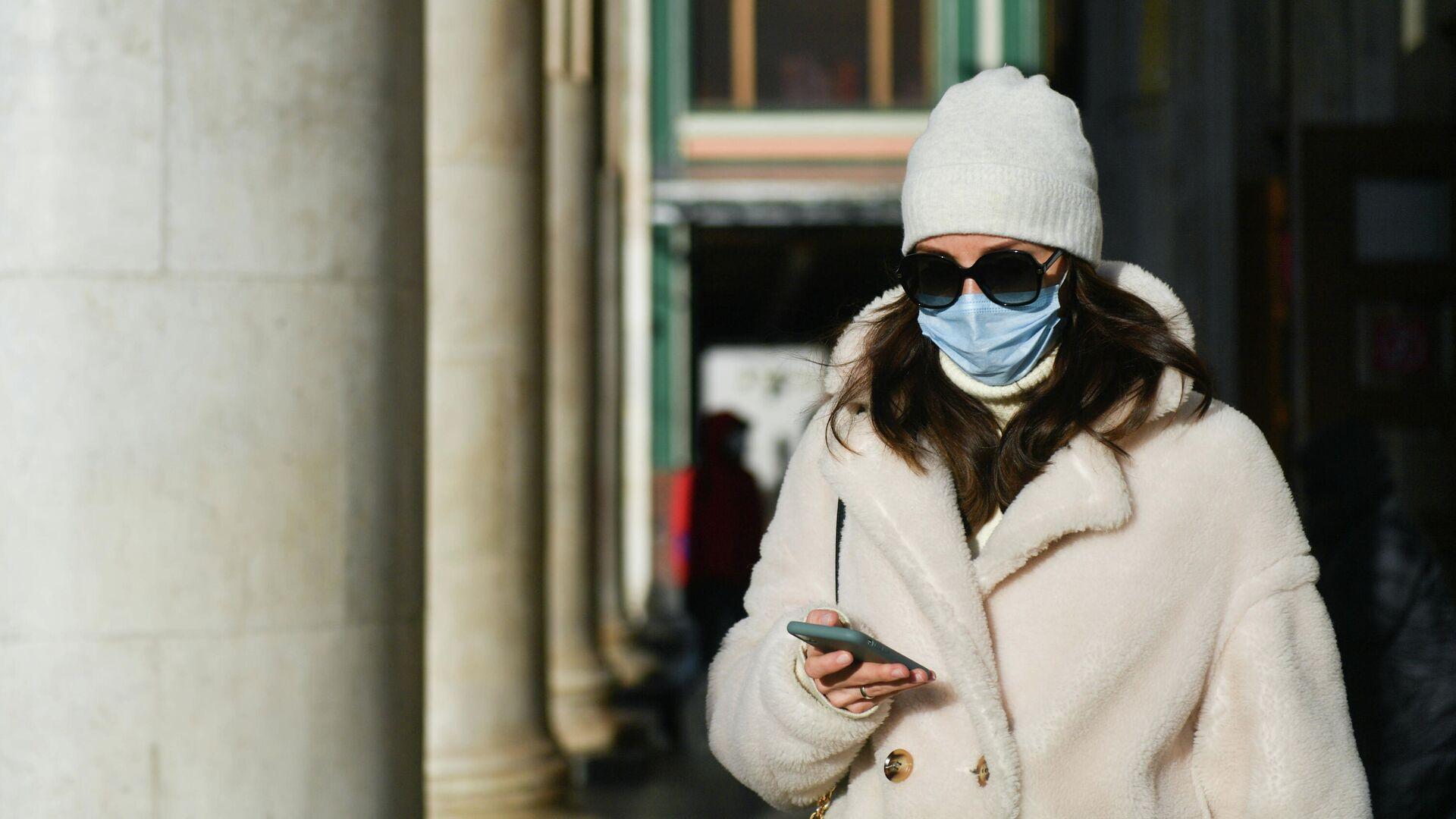 Девушка в защитной маске на улице в Москве - РИА Новости, 1920, 30.11.2020
