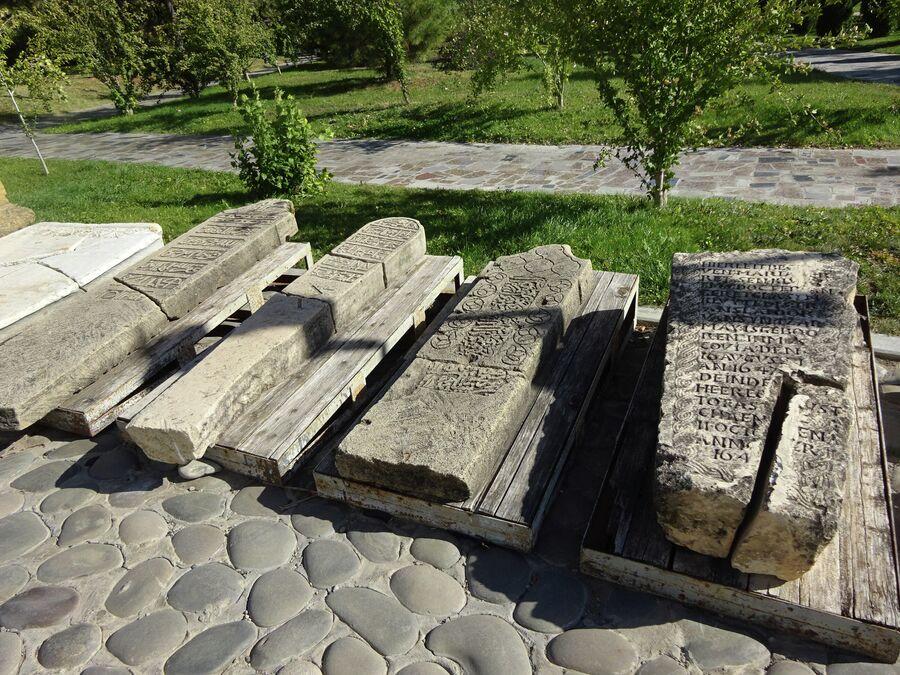 Надгробные плиты у Красных ворот