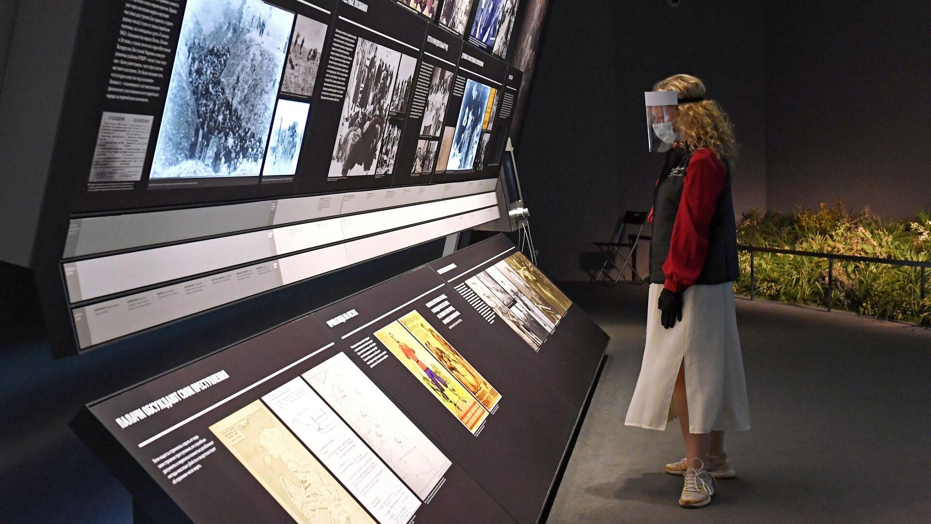Сотрудница в зале основной экспозиции Еврейского музея и центра толерантности в Москве - РИА Новости, 1920, 18.11.2020