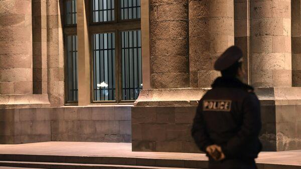 Решетки, установленные на входных дверях и окнах в здании правительства Армении