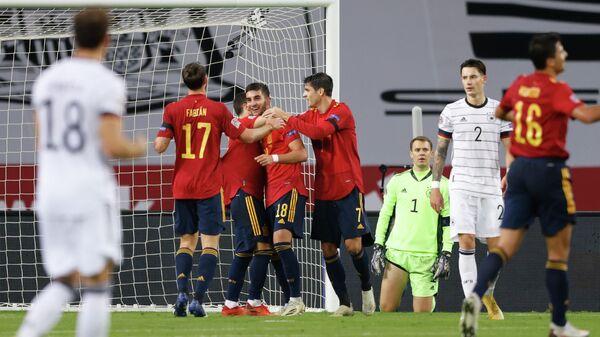 Футболисты сборной Испании радуются голу в ворота сборной Германии
