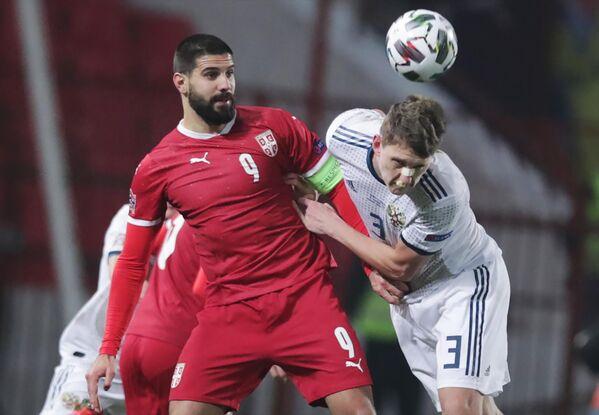 Защитник сборной России Игорь Дивеев (справа) и нападающий сборной Сербии Александар Митрович