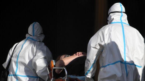 Бригада скорой медицинской помощи доставила пациента в карантинный центр