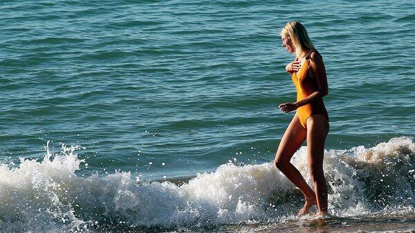 Девушка на берегу Атлантического океана на юго-западе Франции
