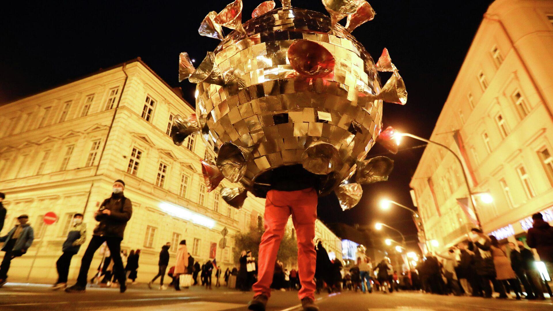 Мужчина в костюме коронавируса во время празднования 31-й годовщины Бархатной революции в Праге - РИА Новости, 1920, 20.11.2020