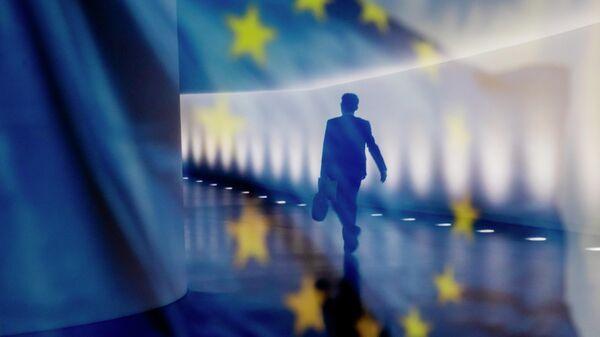 Отражение мужчины на фоне флага ЕС