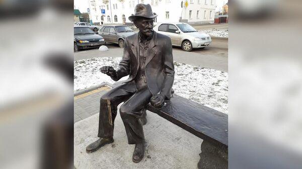 В Мичуринске две школьницы отломали трость у памятника биологу Ивану Мичурину, чтобы сделать с ней селфи