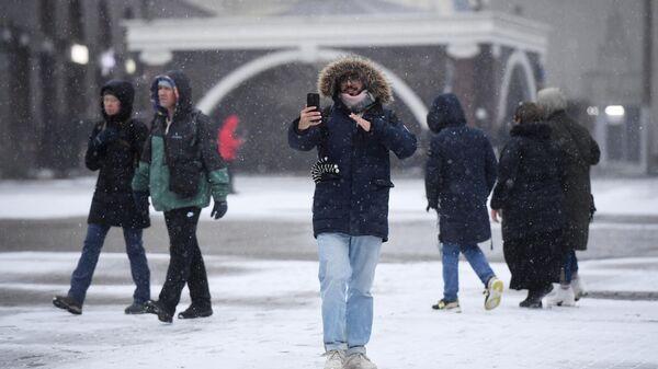 Прохожие на одной из улиц в Москве