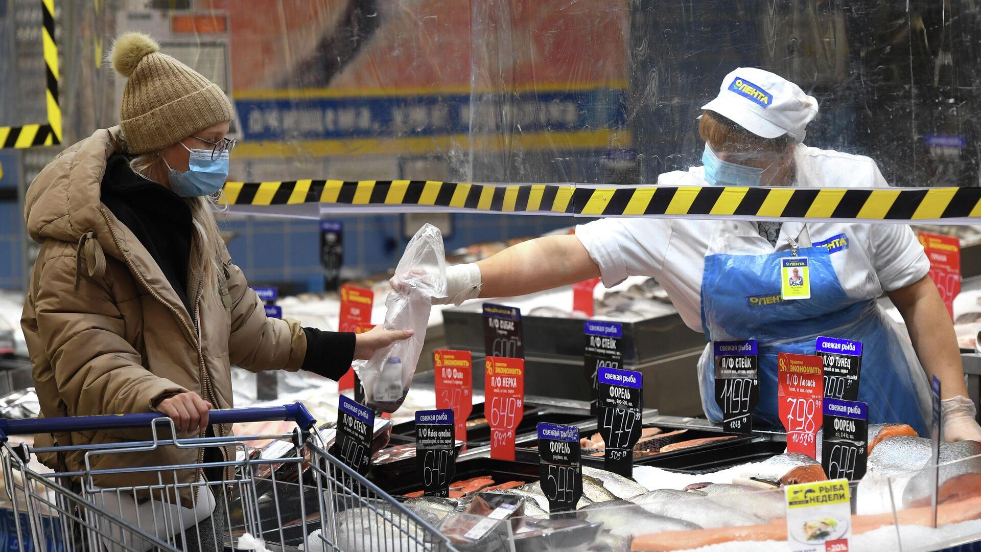Покупатель и продавец в рыбном отделе гипермаркета Лента в период пандемии коронавируса в Новосибирске - РИА Новости, 1920, 02.12.2020