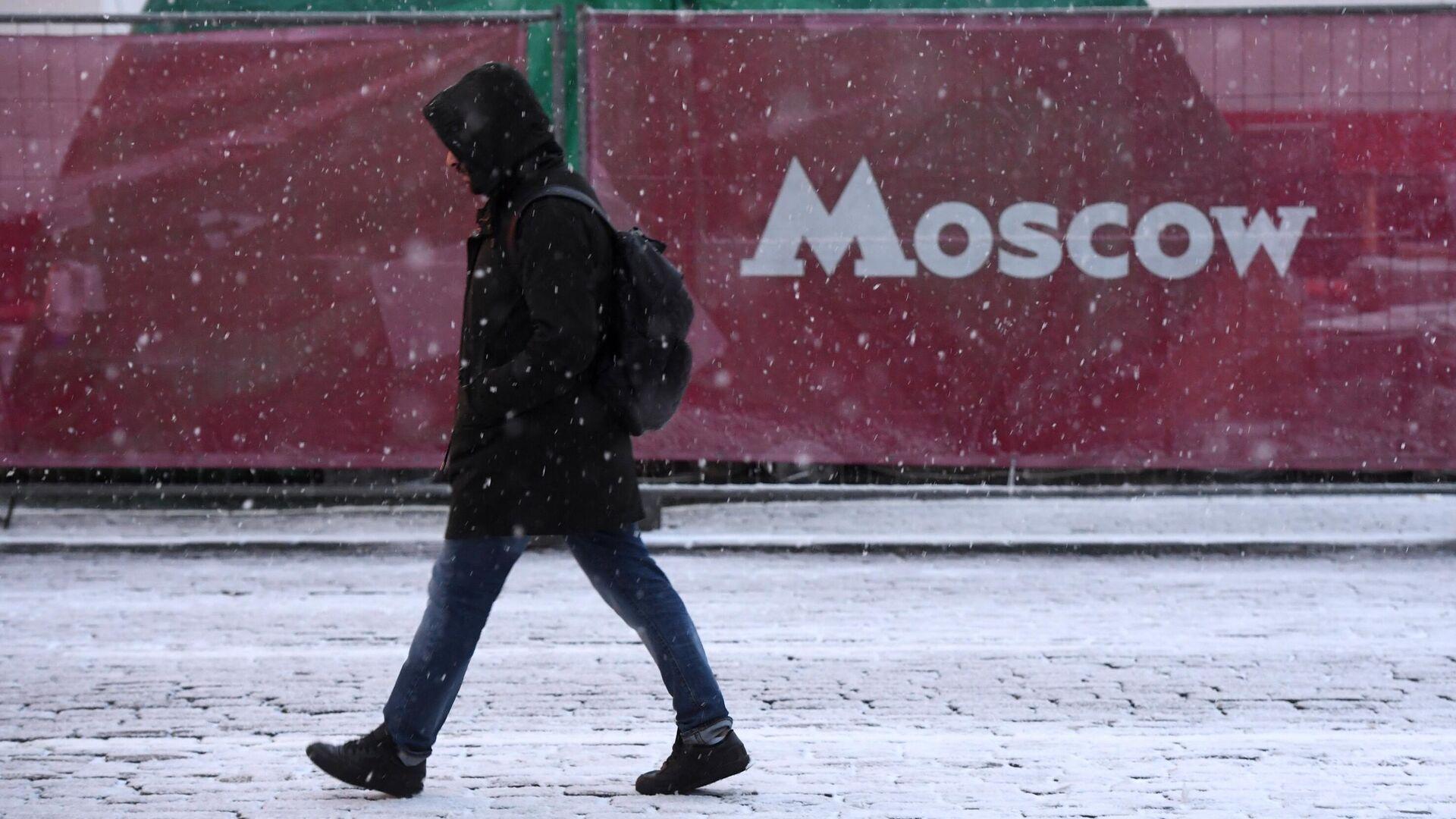Прохожий на одной из улиц в Москве - РИА Новости, 1920, 04.12.2020