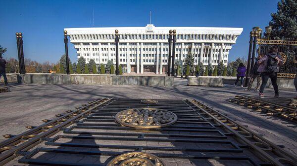 Секции ограды у здания парламента Киргизии в Бишкеке