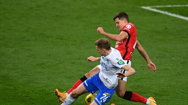 Игрок Динамо Даниил Фомин (слева) и игрок Спартака Роман Зобнин