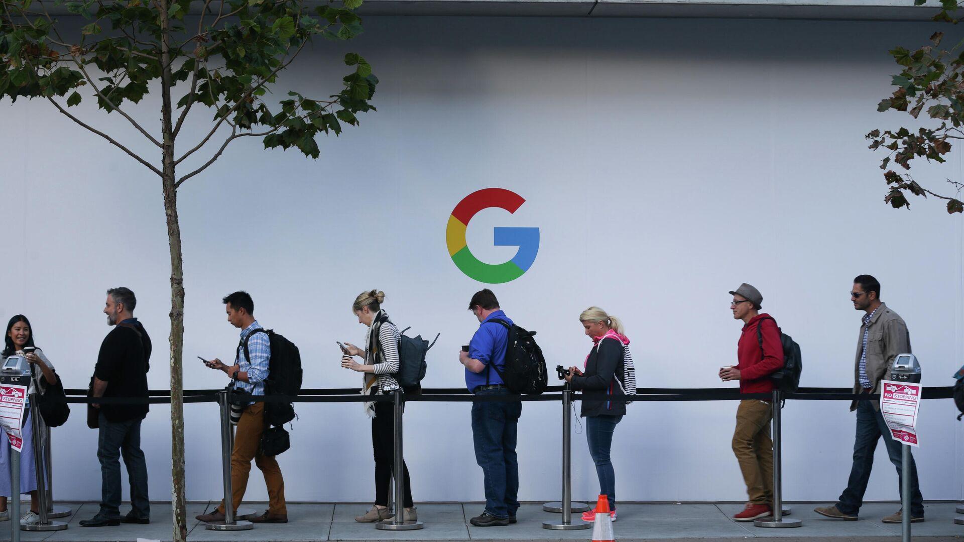 Люди в очереди перед началом презентации продукции компании Google в Сан-Франциско, США - РИА Новости, 1920, 25.11.2020