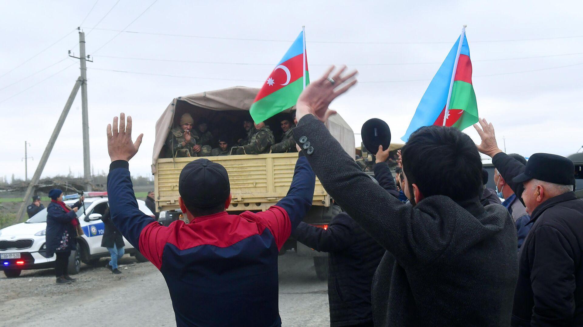 Люди встречают подразделения азербайджанской армии в Агдамском районе - РИА Новости, 1920, 23.11.2020