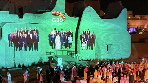 Проекция общего фото лидеров стран G20 на дворце Салва в Ат-Турайфе в Саудовской Аравии