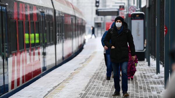 Пассажиры на платформе станции Кунцевская МЦД-1
