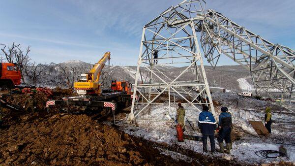 Демонтаж ЛЭП, поврежденной в результате непогоды, во Владивостоке