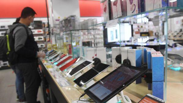 Покупатели в магазине бытовой техники и электроники М.Видео