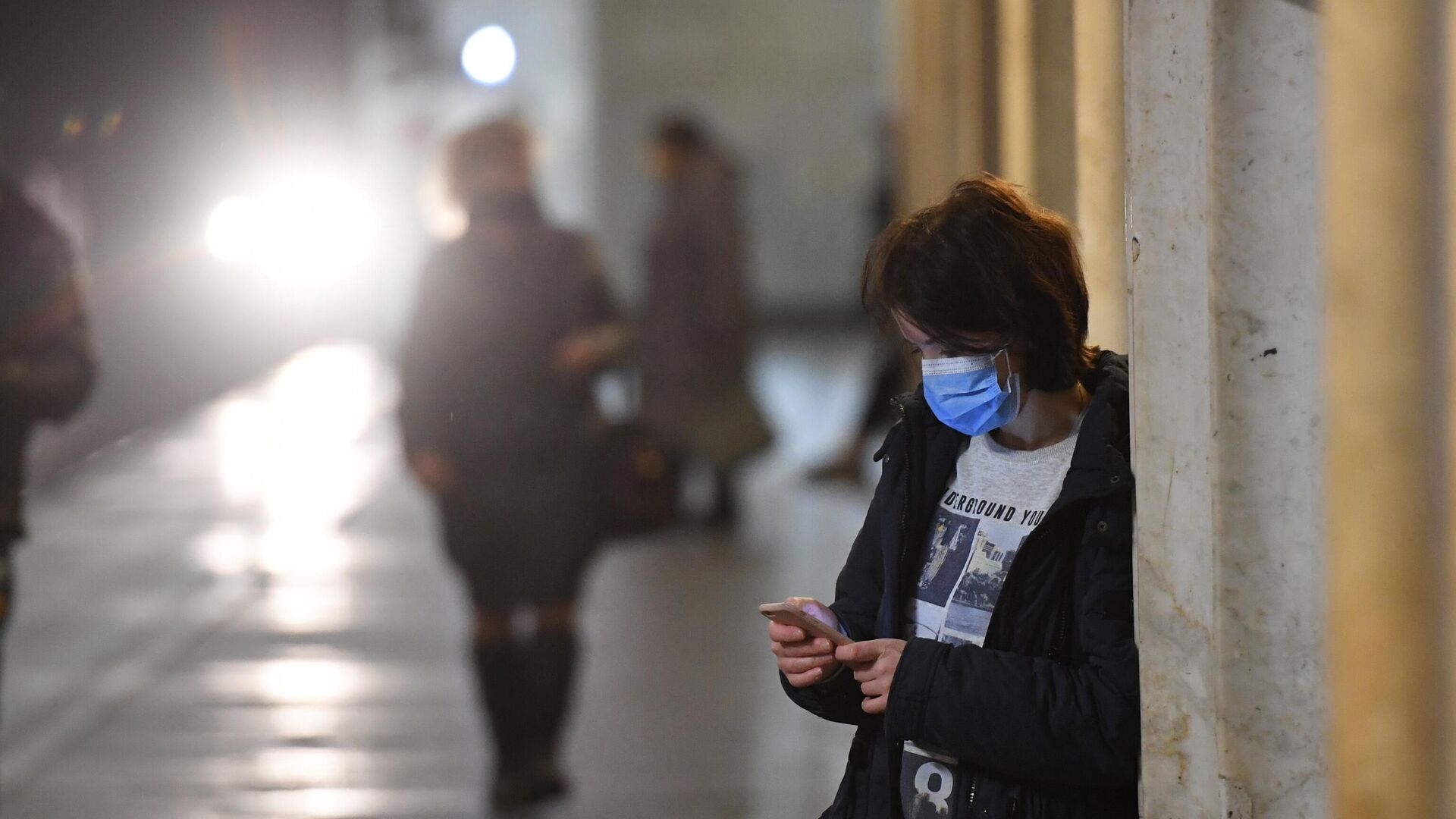 Девушка в защитной маске на одной из станция Московского метрополитена - РИА Новости, 1920, 19.12.2020