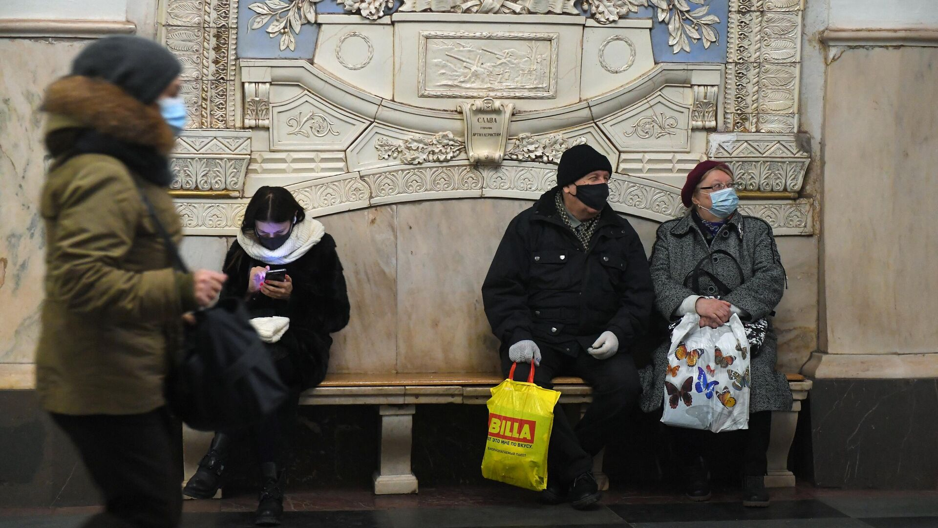 Пассажиры в защитных масках на станции метро Таганская Кольцевой линии в Москве - РИА Новости, 1920, 25.02.2021