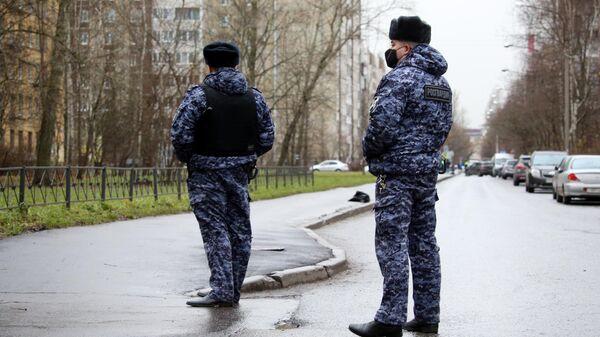 Сотрудники Росгвардии у жилого дома в городе Колпино Ленинградской области, где мужчина держит в заложниках детей в квартире