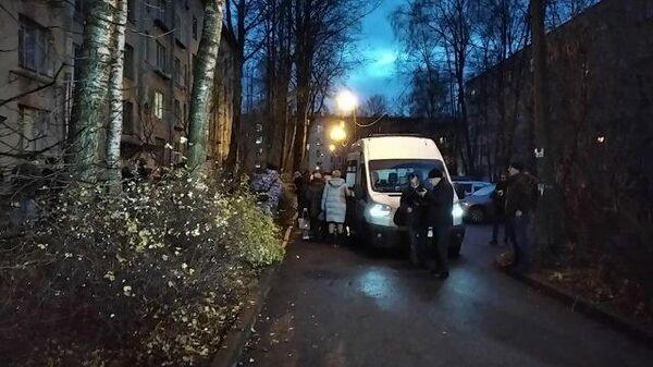 Кадры машин скорой помощи у дома, где держали детей в заложниках