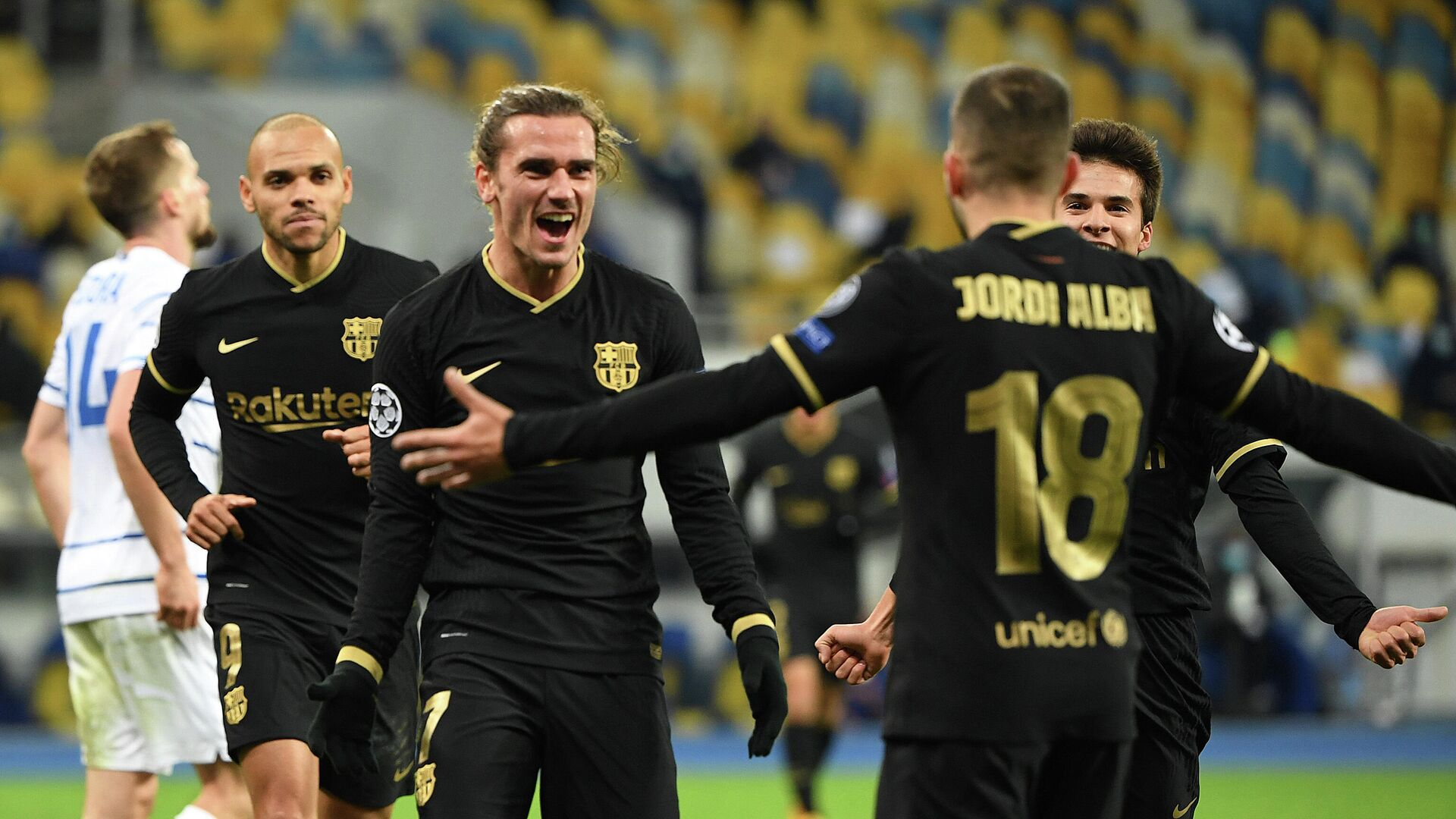 Barcelona's French midfielder Antoine Griezmann (C) celebrates with teammates after scoring his team's fourth goal during the UEFA Champions League group G football match between Dynamo Kiev and Barcelona at the Olympiyskiy stadium in Kiev on November 24, 2020. (Photo by Sergei SUPINSKY / AFP) - РИА Новости, 1920, 25.11.2020