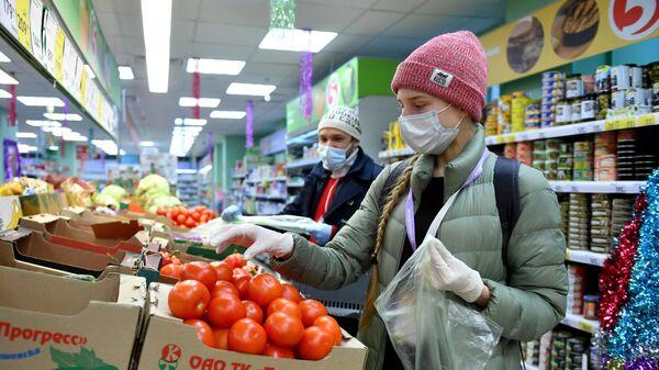 Волонтер Анастасия Кузнецова закупает продукты для пожилых людей в продуктовом магазине Москвы