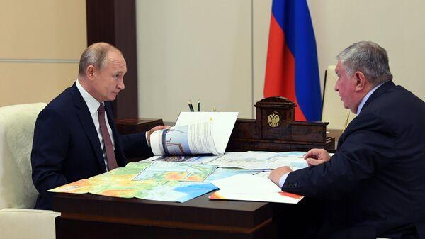Президент РФ Владимир Путин и директор, председатель правления, заместитель председателя совета директоров компании Роснефть Игорь Сечин